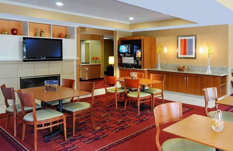 Breakfast room at Inn by Marriott Dallas - Central Expressway.