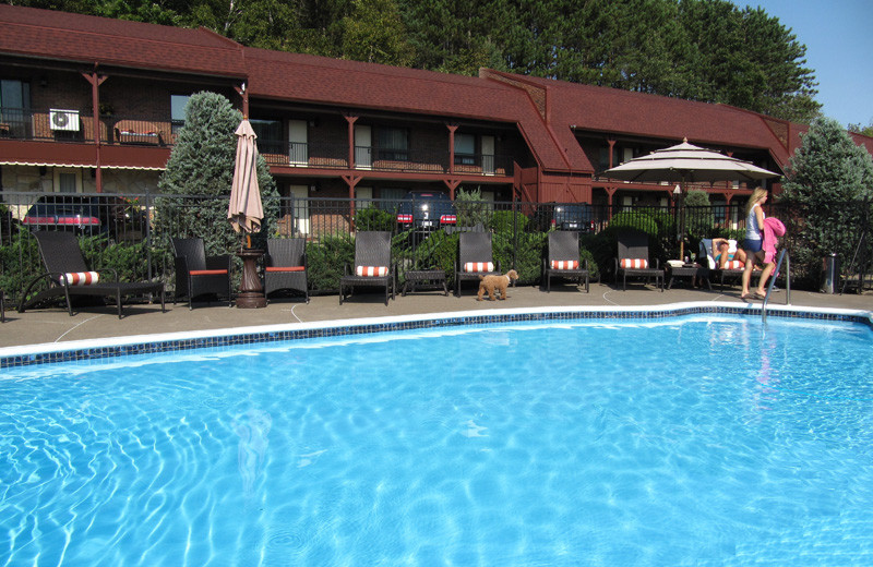Outdoor pool at Motel le 60.