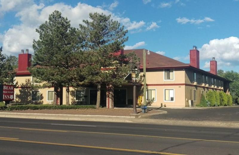 Exterior view of Bear Mountain Inn & Suites.