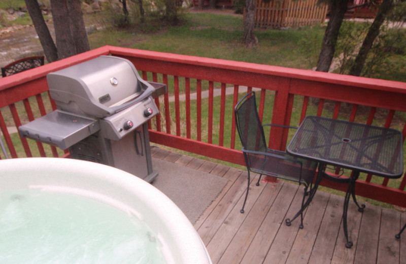Guest hot tub at Streamside on Fall River.