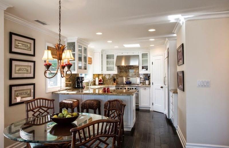 Vacation rental kitchen and dining room at Casa De Balboa Beachfront Rentals.