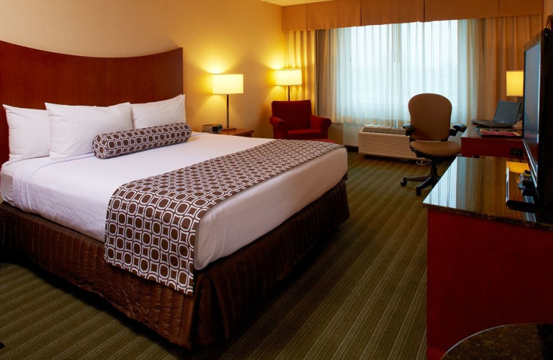 Guest room at Crowne Plaza Hotel - Mall of America - Airport.