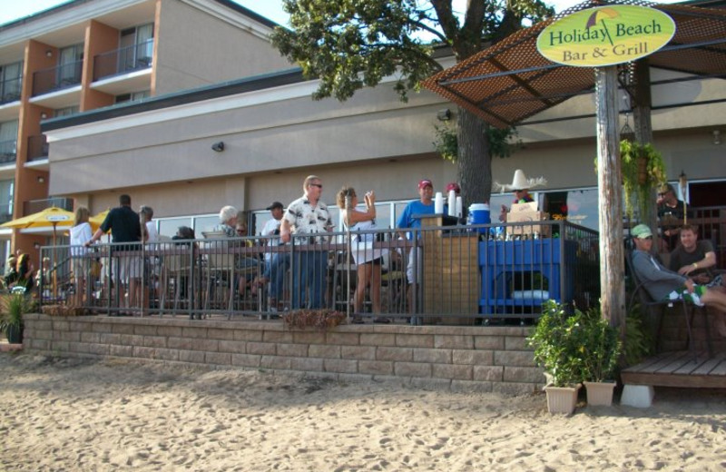 Outdoor dining at Holiday Inn Detroit Lakes.
