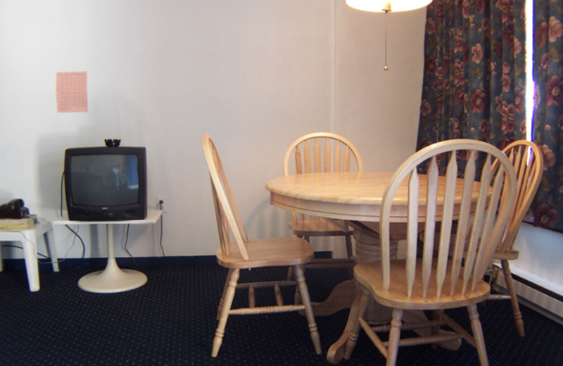 Efficiency suite dining area at Windjammer Motor Inn.