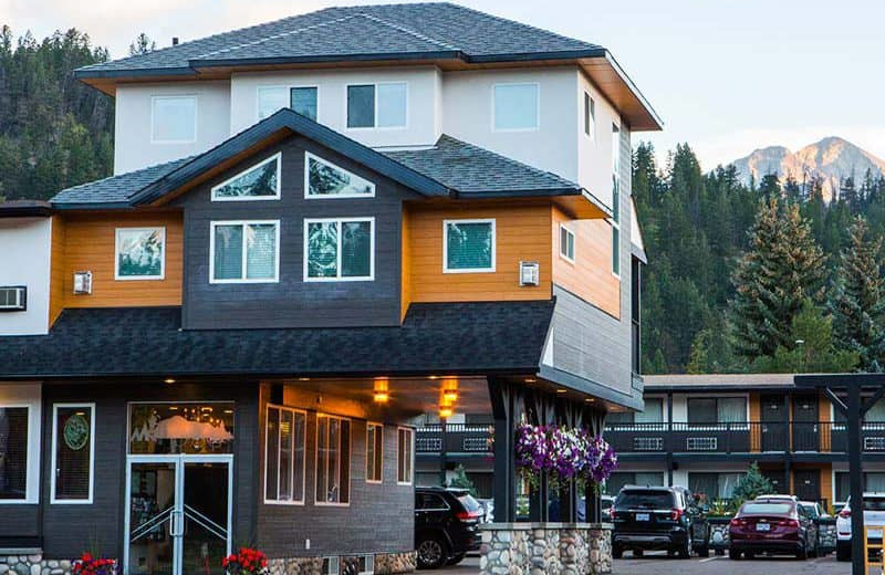 Exterior view of Mount Robson Inn.