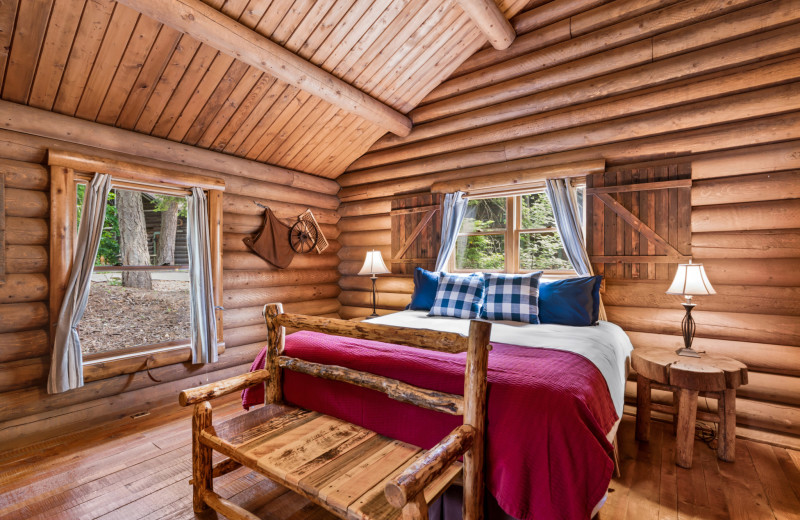 Star Garnet Cabin bedroom at Red Horse Mountain Ranch.