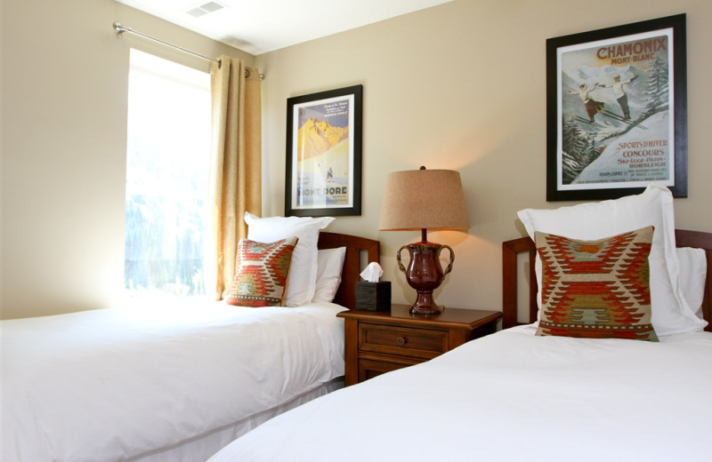Twin beds guest room at Snowpine Lodge.