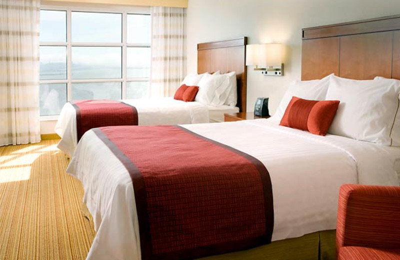 Guest room at Courtyard by Marriott Oakland Emeryville.