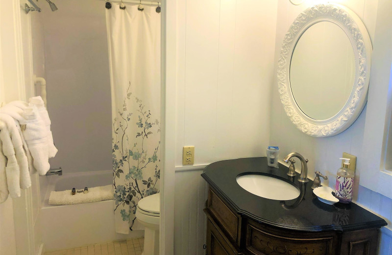 Guest bathroom at Harbour Towne Inn on the Waterfront.