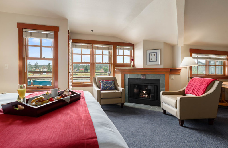 Our King Parlor Suites have a private balcony overlooking the channel, gas fireplace, sitting area, queen size pull out sofa, Jacuzzi bathtub and shower combination.