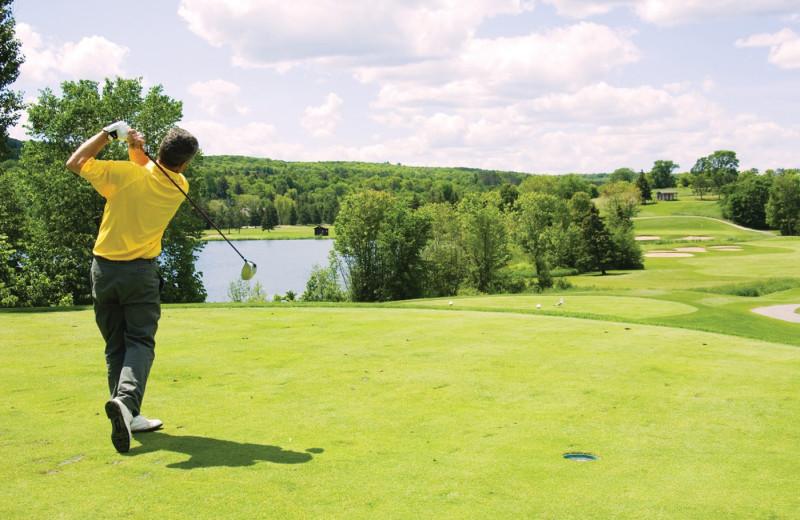 Golfing near Vine Ridge Resort.