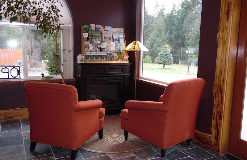 Lobby sitting area at Packwood Lodge.