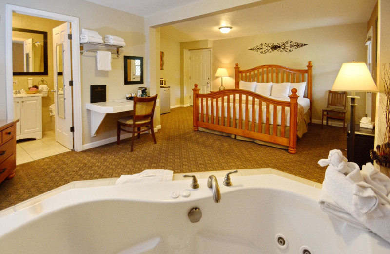 Guest room with hot tub at Murphy's River Lodge.