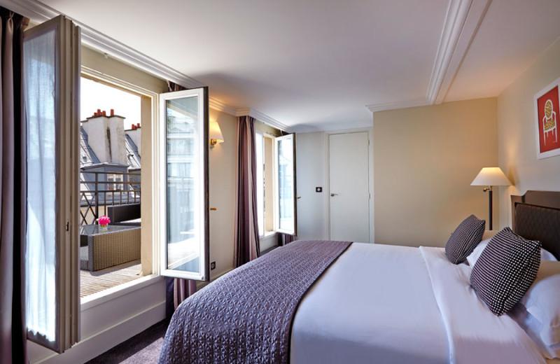 Guest room at Hotel Royal Saint-Honoré.