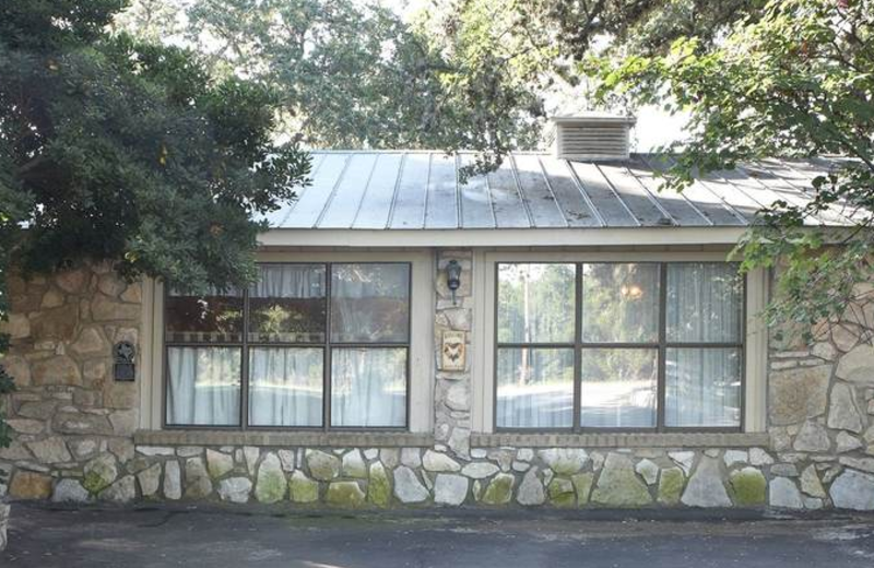 Exterior view of Acorn Bed and Breakfast.