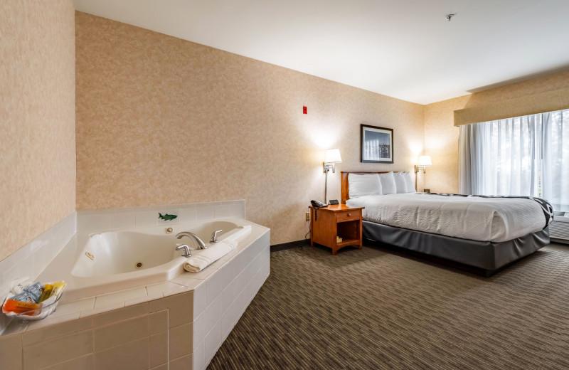 Hot tub guest room at The INN at Gig Harbor.