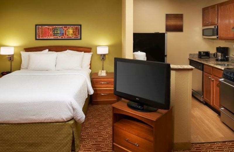 Guest room at TownePlace Suites by Marriott Detroit Novi.