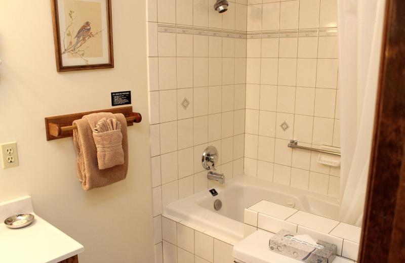 Suite bathroom at Sunnyside Knoll Resort.