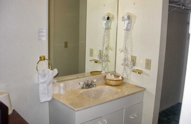 Guest bathroom at Vintage Lakeside Inn.