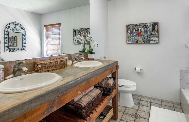 Cabin bathroom at Barons Creekside.