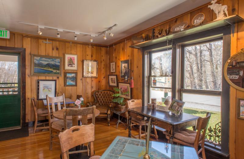 Living room at Twin Lakes Roadlodge.