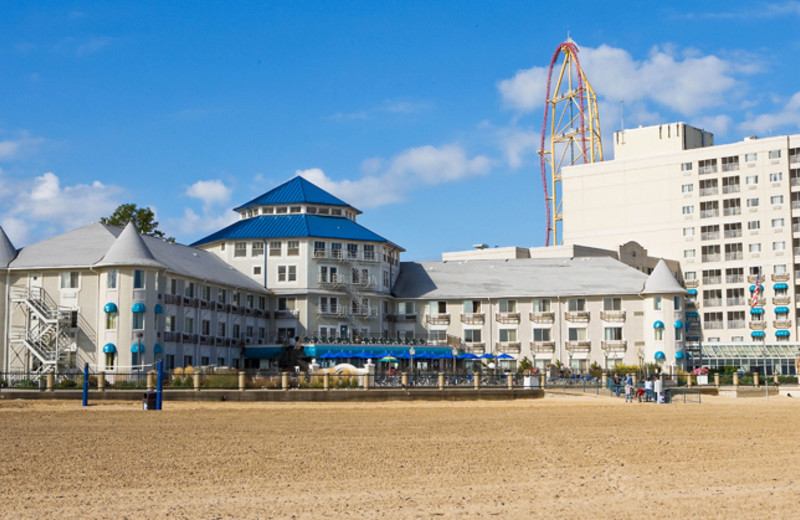 Exterior view of Hotel Breakers.