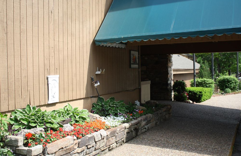 Exterior view of Inn at Grand Glaize.