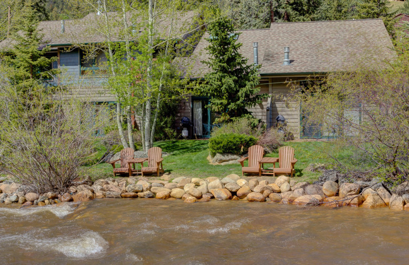 Exterior view of River Stone Resorts & Bear Paw Suites.