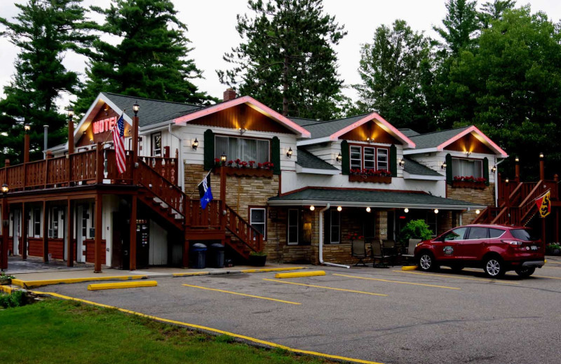 Exterior view of Edgewater Inn & Cottages.