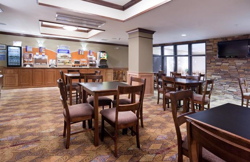 Breakfast dining at Holiday Inn Express & Suites Lander.