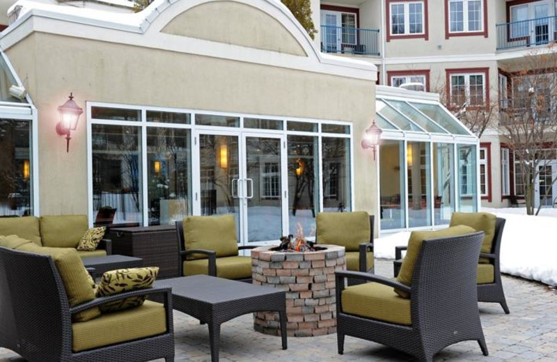Outdoor patio at Residence Inn Mont Tremblant Manoir Labelle.