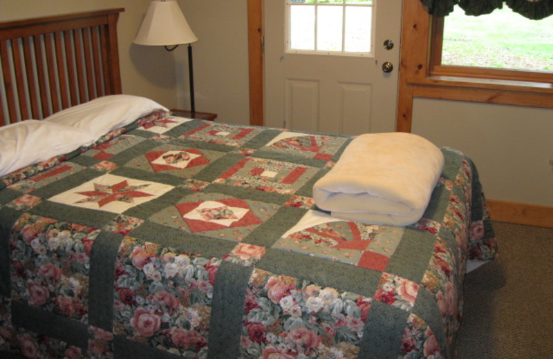 Guest bedroom at Glen Craft Marina and Resort.