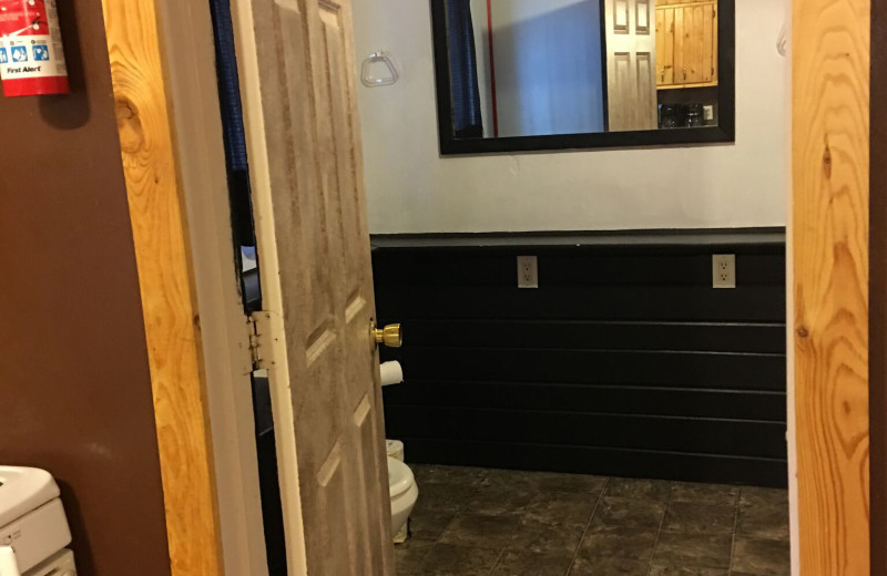 Cabin bathroom at Linder's HideAway Cabins.