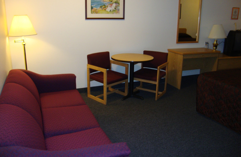 Sitting area in room at Couer d'Alene Budget Saver Motel.