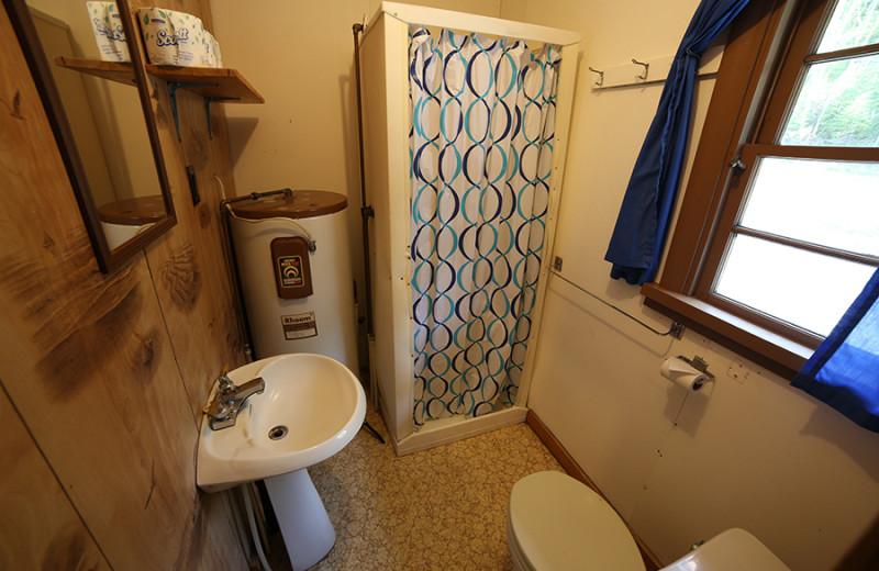 Cabin bathroom at Cliff Lake Resorts.