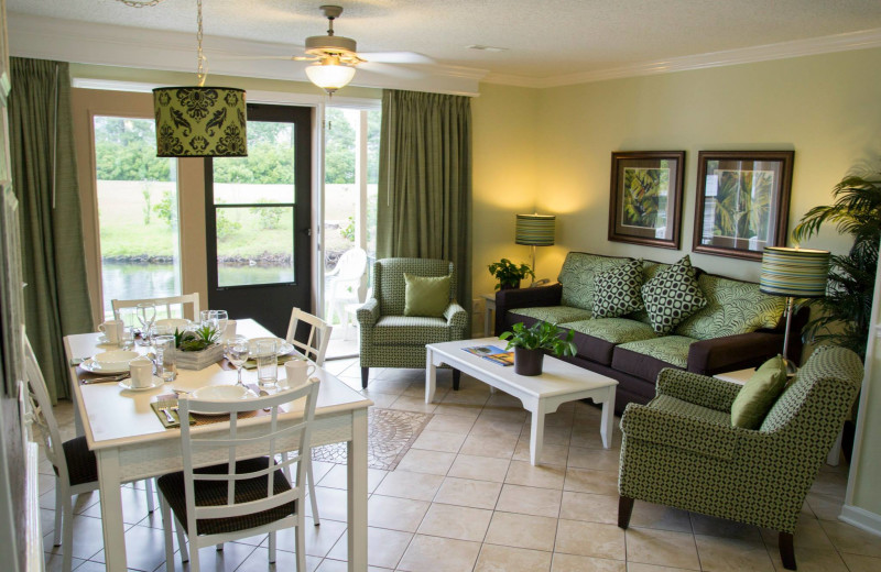 Guest living room and dining at Plantation Resort.