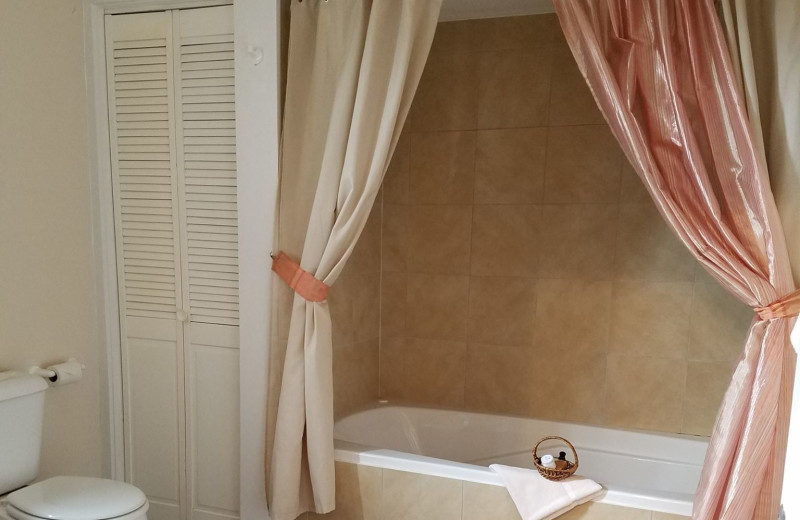 Guest bathroom at Eagles on the River and Anderson House Hotel.