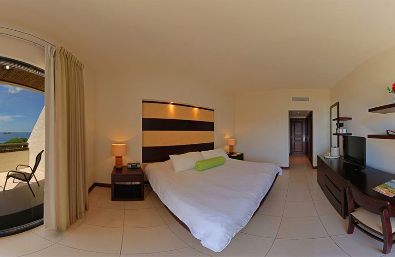 Guest room at otel Villa del Sol & Beach Houses.
