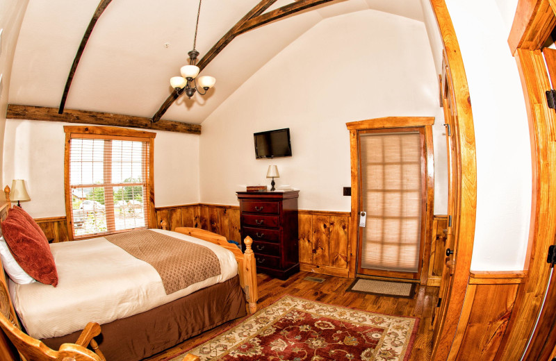 Guest bedroom at The Lodges at Gettysburg.