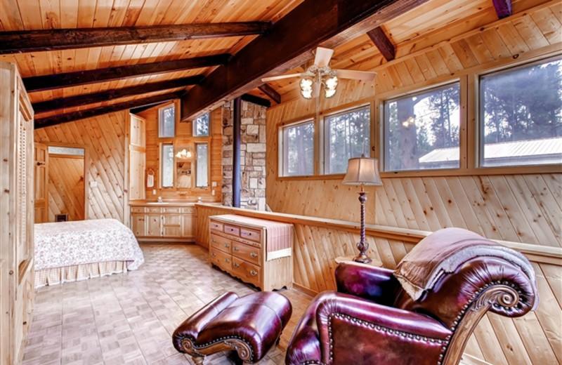 Bear Country Cabin bedroom at Hummingbird Cabins.