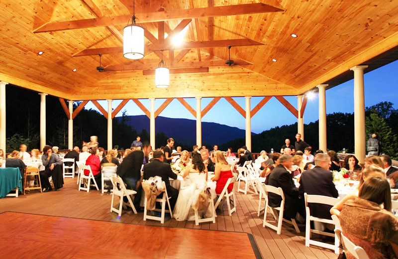 Outdoor wedding reception at House Mountain Inn.