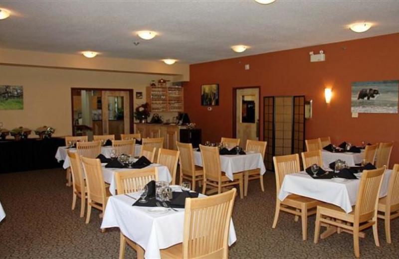 Dining at Honeymoon Bay Lodge & Retreat.