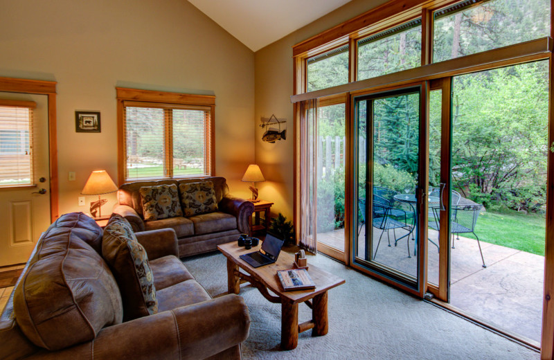 Guest living room at River Stone Resorts & Bear Paw Suites.