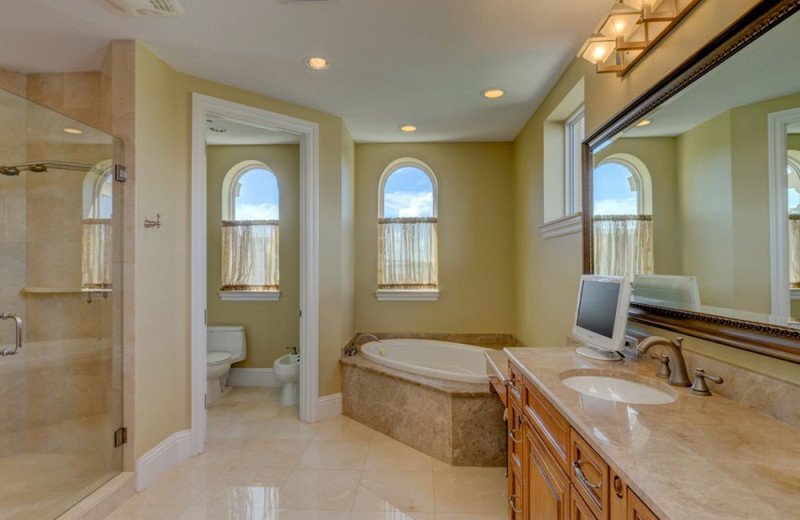 Rental bathroom at beachrentals.mobi. LLC.