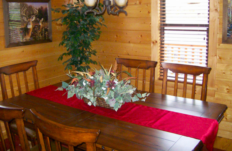 Cabin dining room at White Oak Lodge