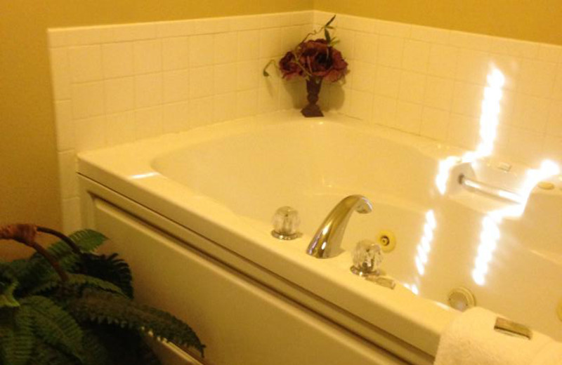 Guest bath tub at Hochatown Country Lodge.