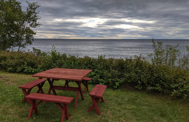 Picnic table at Thomsonite Beach Inn & Suites.