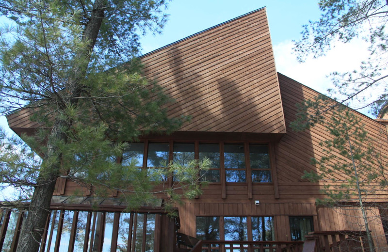 Exterior view of Westwind Inn on the Lake.