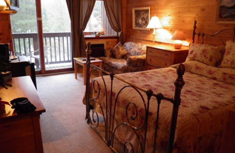 Guest bed room at Westwind Inn on the Lake.