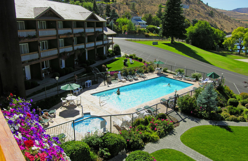 Outdoor swimming pool at Lakeside Lodge & Suites.